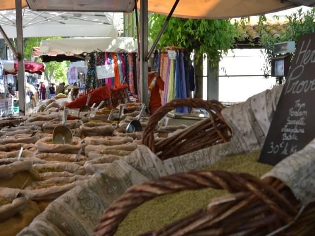Marché provençal ©OTI Ventoux Provence