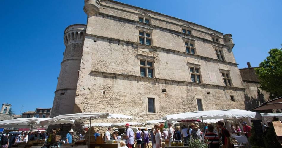 Weekly Market at Gordes@Droits gérés Alain HOCQUEL - Coll.CDT Vaucluse