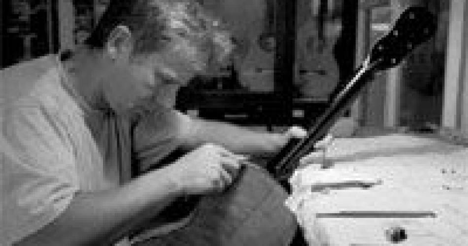 Maître artisan luthier Christopher Schuetz@Droits libres