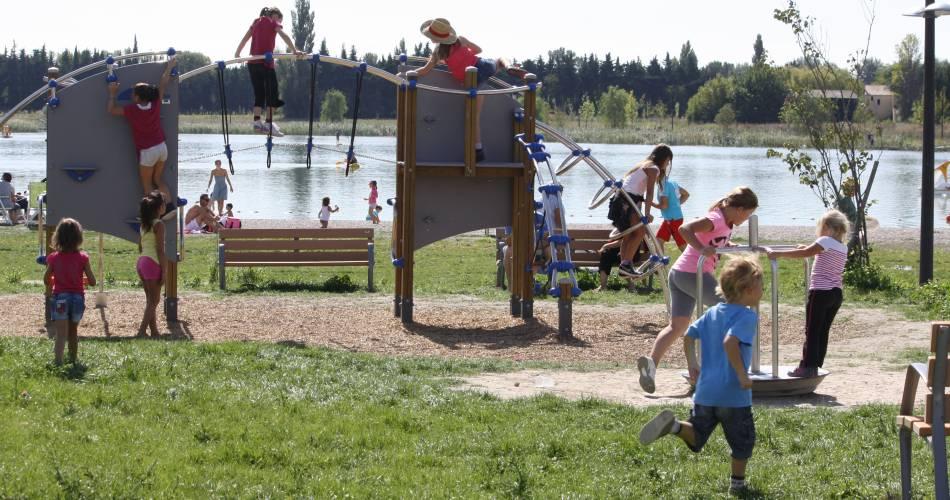 Le Lac de Monteux - Eco-Quartier de Beaulieu@Droits gérés CCSC - lac; baignade; jeux; enfants; activités plein air;