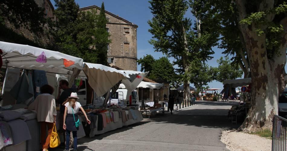 Marché de Ménerbes@Crédit photo - Office de Tourisme Pays d'Apt Luberon